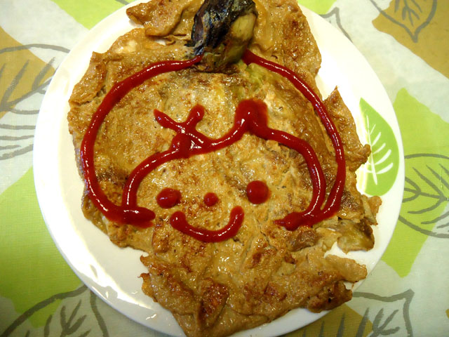 フィリピン料理トルタンタロンでケチャップお絵かき